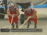 30 tonluk uçağı elleriyle çektiler!